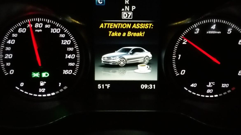 Bazı üst sınıf otomobiller sürücünün dikkatini takip ederek sürücünün yorgun olduğunu anladığında çeşitli uyarılar veriyor.