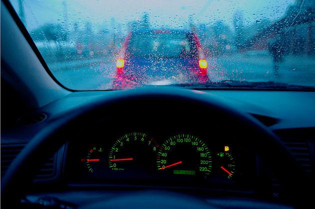 Yağmurlu havada otomobil sürerken neye dikkat edilir?